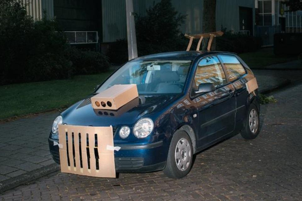 Tem um zoeiro transformando carros em Amsterdã com papelão e fita crepe