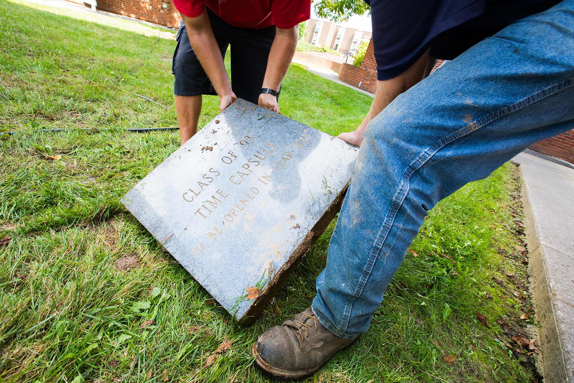 Você adivinha o que havia numa cápsula do tempo enterrada em 1993?