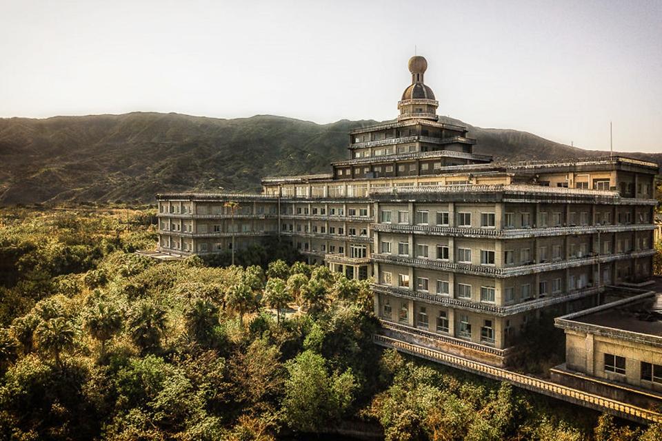 Fotógrafa adentra hotel abandonado no Japão e faz registros impressionantes