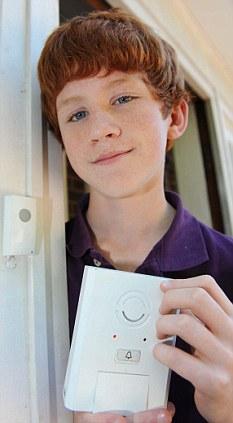 Jovem de 13 anos cria campainha que faz ligação para celular
