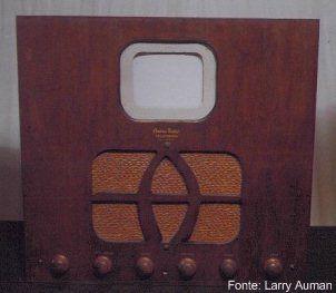 Televisão dos anos 30. Pouca tela, muita madeira.