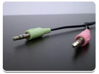 À esquerda, cabo de áudio. À direita, cabo de microfone.
