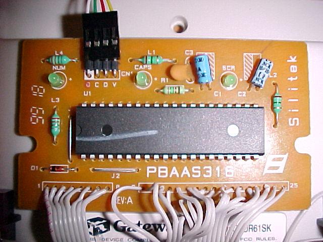 Placa de circuito de um teclado, com o processador.
