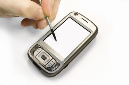 Telas resistivas são usadas em grandes monitores e em pequenos aparelhos portáteis.