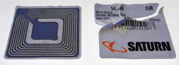 Etiqueta RFID ao lado de uma etiqueta convencional