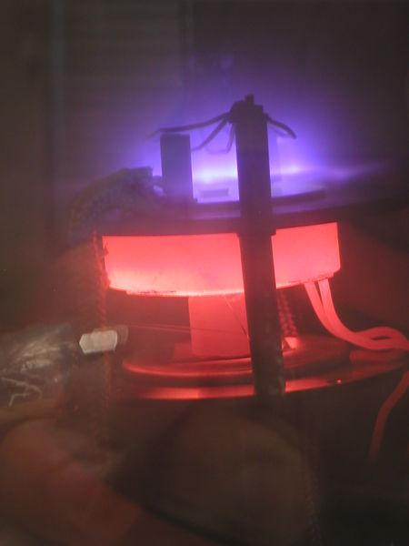 Nanotubos de carbono sendo criados pela deposição de vapor assistida por plasma