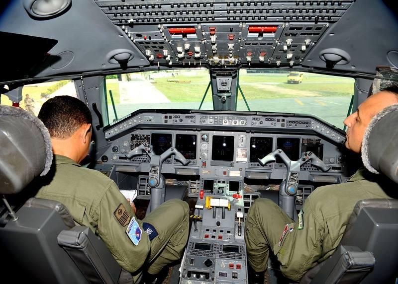 Cabine do Avião R99 da FAB equipado com tecnologia para rastrear destroços.