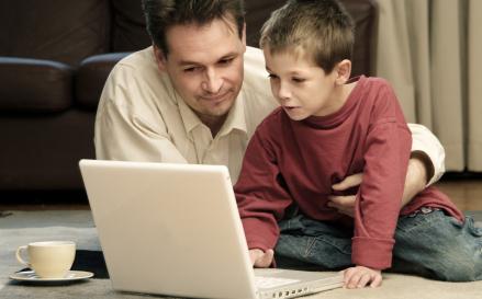 Pessoas nascidas nos anos 90 e 2000 são nativas digitais.