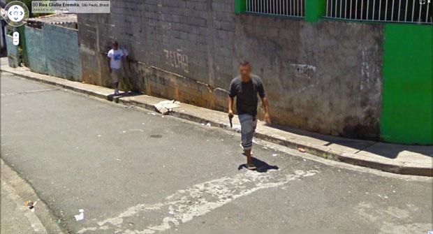 Homem armado nas ruas de São Paulo pelas lentes do Google Street View