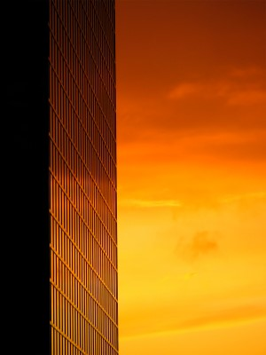 Pôr-do-sol refletido nas janelas de um prédio de escritórios