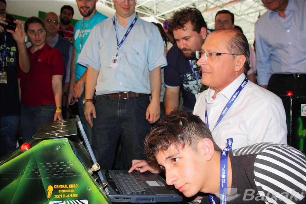 Governador Geraldo Alckmin anda em carrinho controlado por notebook