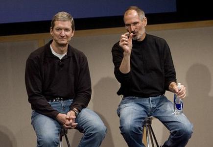 Cook com Steve Jobs durante apresentação da Apple