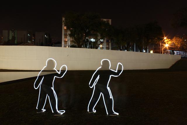 A pintura com a luz também pode ser apenas uma divertida brincadeira para momentos de tédio noturno
