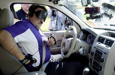 Mark Riccobono utilizando as luvas e o carro desenvolvidos pela Virginia Tech