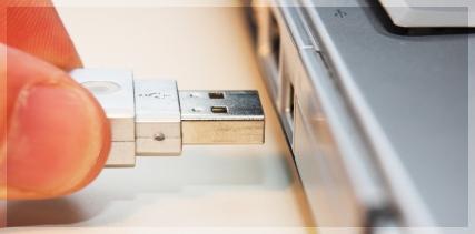 Plugue um adaptador USB.