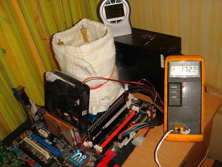 Sistema improvisado para esfriar a CPU com nitrogênio líquido
