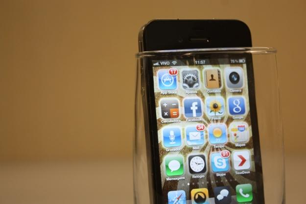 Um copo aumenta o sinal do celular.
