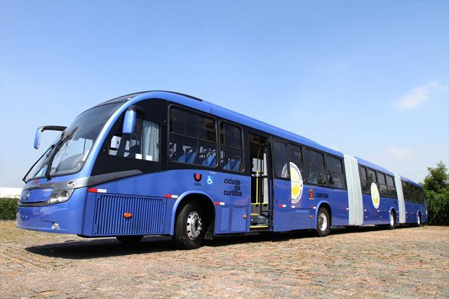 O maior ônibus do mundo é brasileiro e abre semáforos por sensor