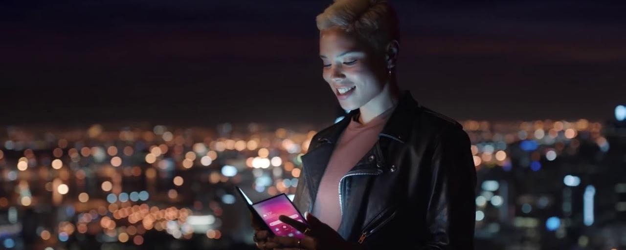 Tem Na Web - Smartphone dobrável da Samsung aparece em comercial vazado