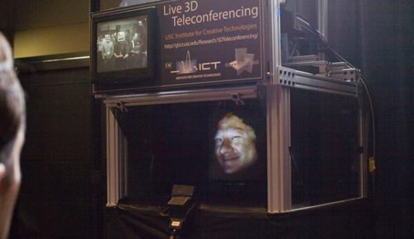 Projeção 3D pode tornar videoconferências mais próximas do contato humano  (Fonte da imagem  Reprodução USC) 5558c40f71