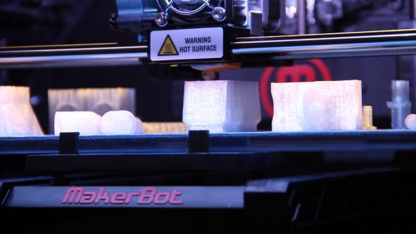 Makerbot Replicator 2 é um dos modelos que pode ser comprado no Brasil.  (Fonte da imagem  TecMundo) 8d70fd4a6e
