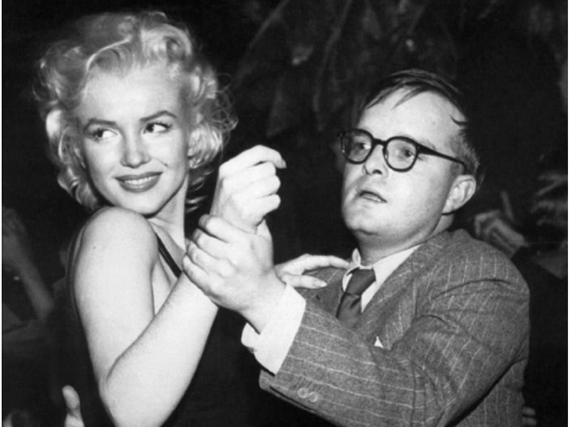 Truman Capote dançando com Marilyn Monroe (Crédito: Reprodução )