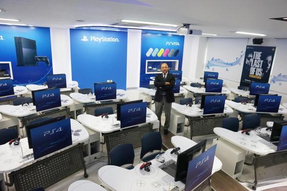 Universidade cria curso de PlayStation com mesas no formato de DualShock