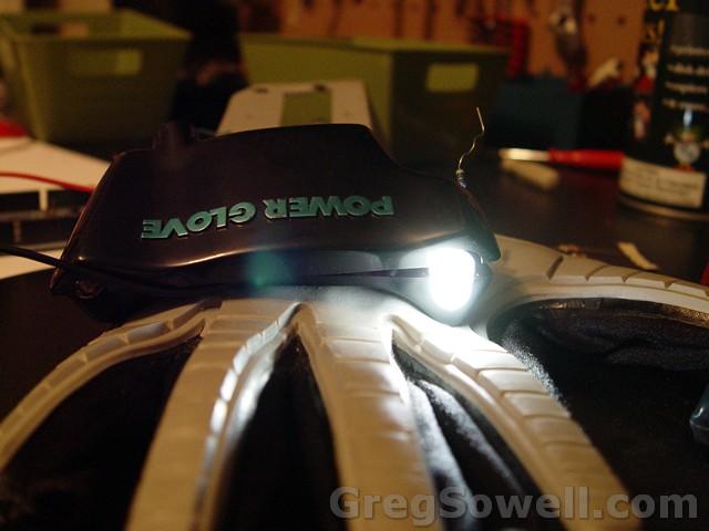 Traje estranho com LEDs tem luzes controladas por uma NES Power Glove