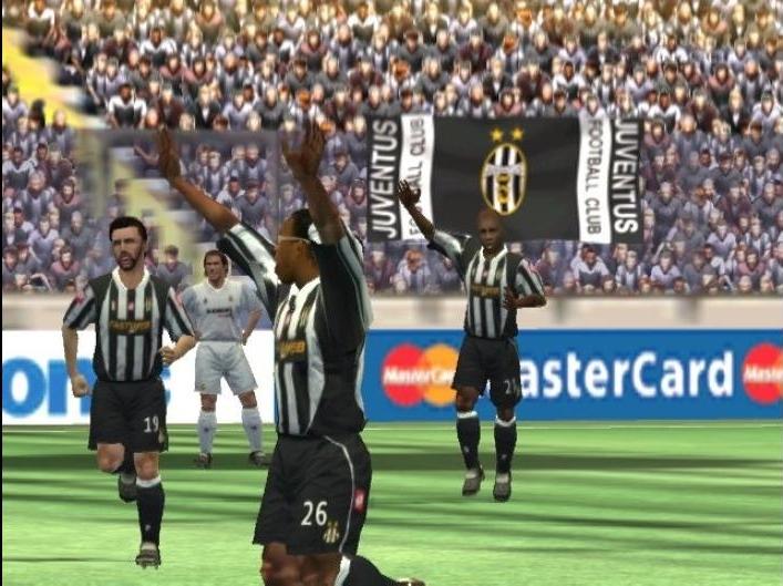 FIFA FOOTBALL 2003 (2002) (PS2, Xbox, GameCube, PC, PlayStation, GBA e plataformas móveis) | Capa: Roberto Carlos, Ryan Giggs e Edgar Davids | Narração e comentários: John Motson e Ally McCoist