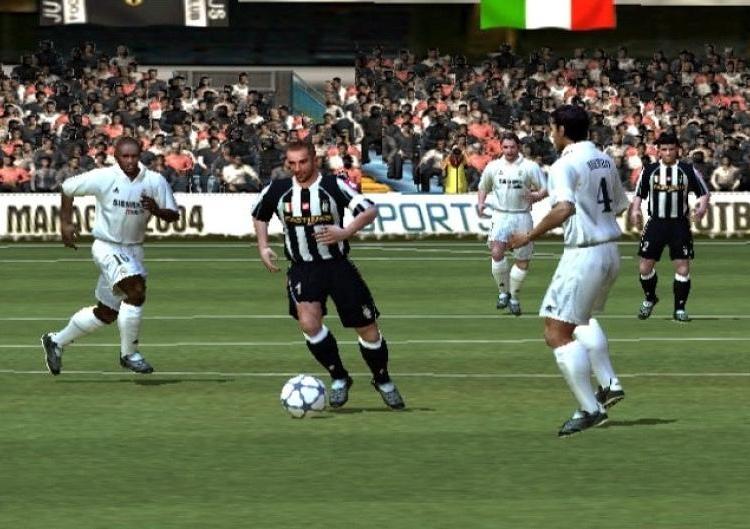 FIFA FOOTBALL 2004 (2003) (PS2, Xbox, GameCube, PC, PlayStation, GBA, Nokia N-Gage e plataformas móveis) | Capa: Thierry Henry, Alessandro Del Piero e Ronaldinho | Narração e comentários: John Motson e Ally McCoist