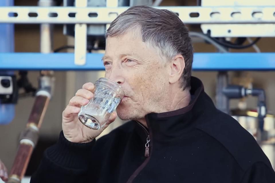 Bill Gates tomou: máquina transforma cocô em água limpa em 5 minutos