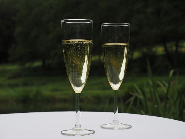 398508973 Já os vinhos mais maduros e encorpados também podem ser servidos em taças  para vinho branco