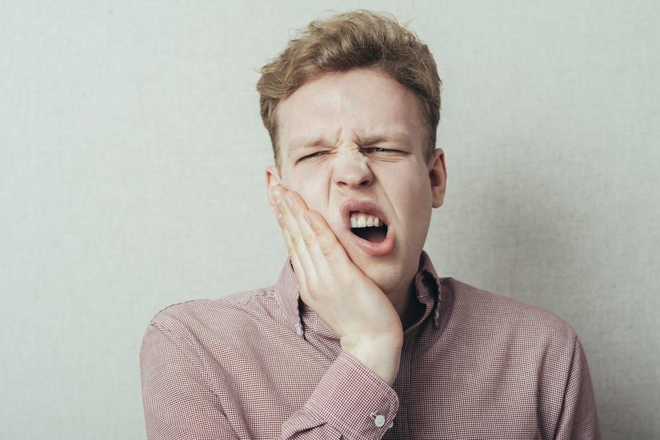 Por que morder papel-alumínio dá choque nos dentes?