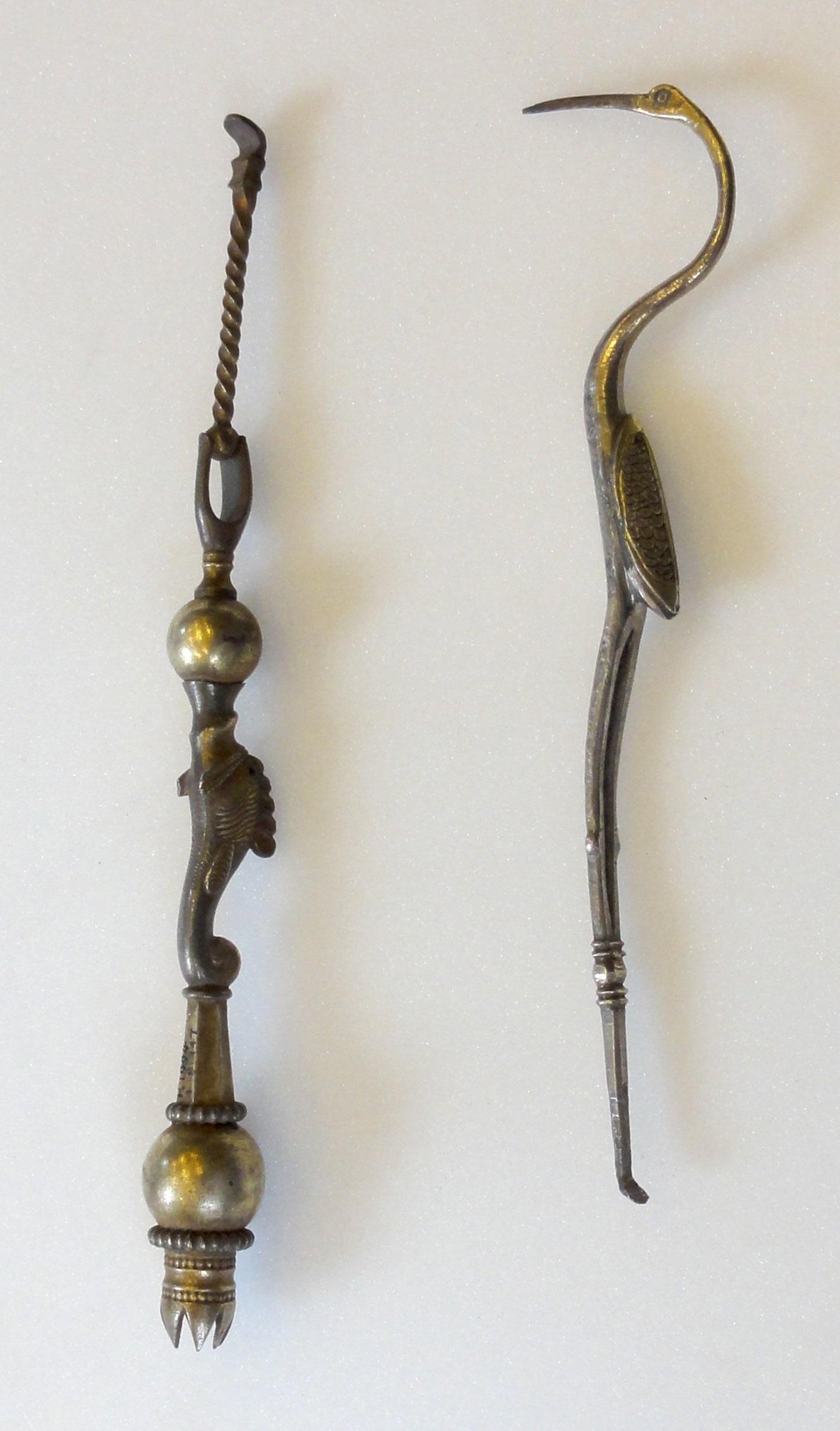 a6448e2c52 Palitos de dentes feitos de prata e com formatos alternativos representando  uma sereia e um pássaro íbis (dir.)