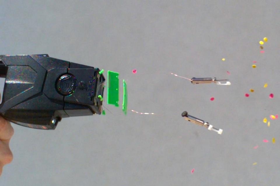 Veja em câmera lenta o disparo de um taser no corpo humano [vídeo]