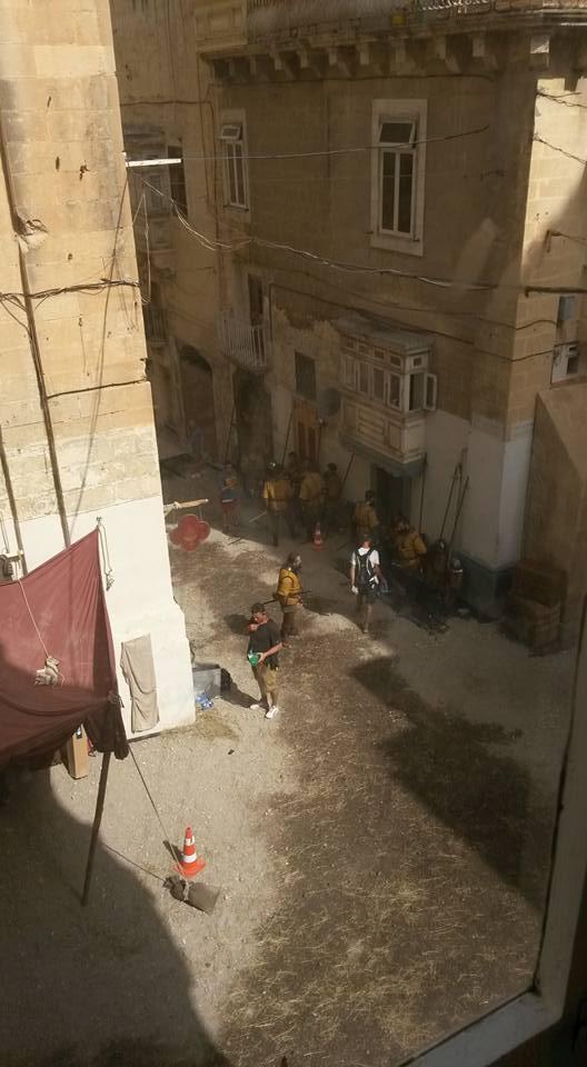 Fotos do set de Assassin's Creed mostram como está o visual do filme