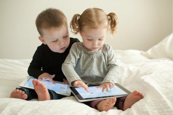 Resultado de imagem para fotos de crianças com celulares