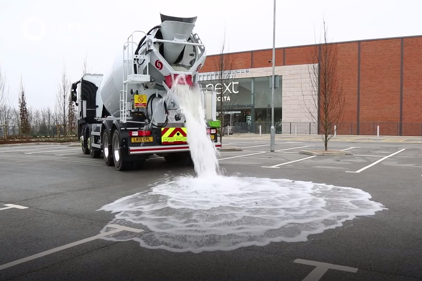 Assista a um piso de concreto absorver 4 mil litros de água em 60 segundos