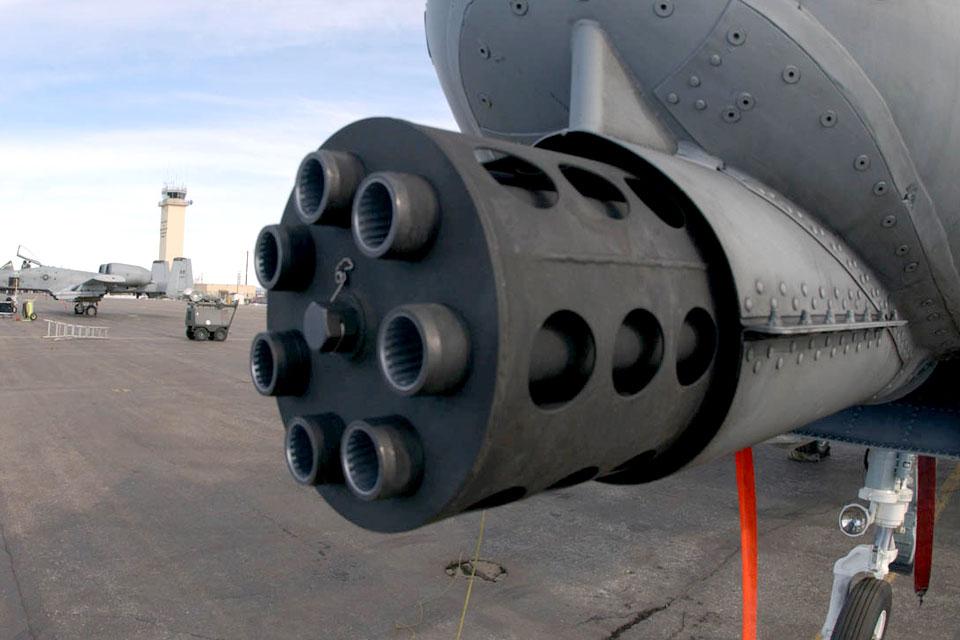 Veja como a Força Aérea dos EUA recarrega o maior canhão gatling do mundo