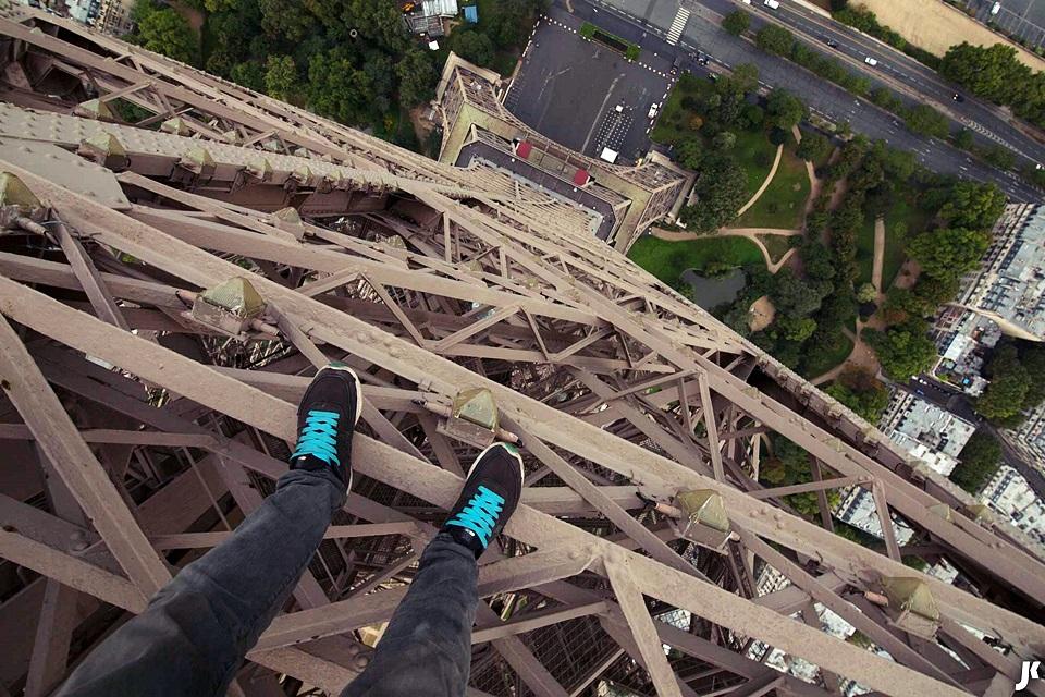 Ilegal e animal! Jovem escala Torre Eiffel e grava vídeo de tirar o fôlego