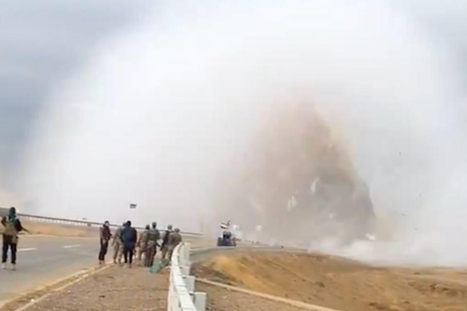 Impressionante explosão de carro-bomba é capturada em câmera de celular