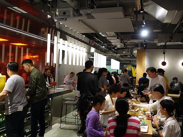 McDonald's abre loja 'futurista' em Hong Kong