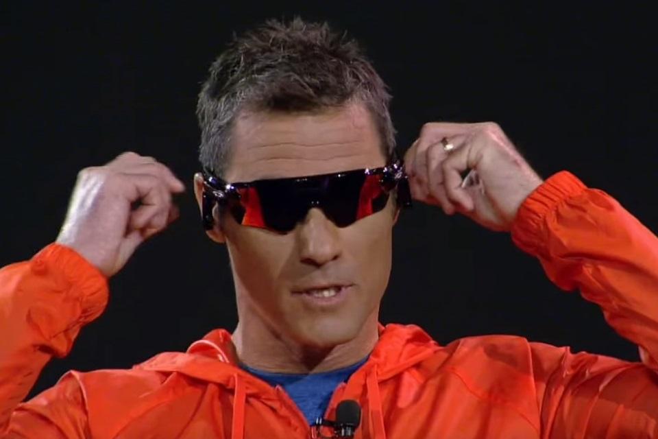 Oakley e Intel mostram óculos de sol com  treinador embutido  - TecMundo f07e75601b
