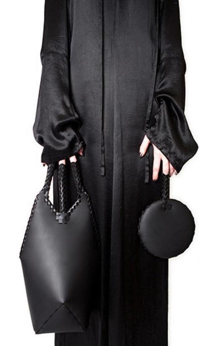 Segurar a bolsa na dobra do braço está com os dias contados — apostam estilistas