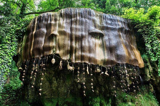 Concentração de minerais na água transforma os objetos colocados no muro (Crédito: Reprodução)