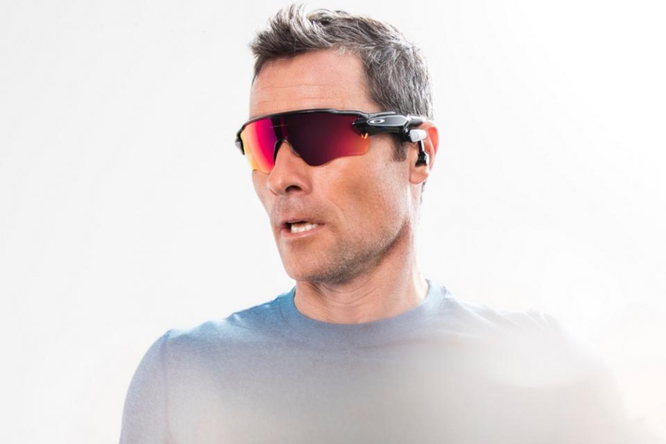 3d5c2d760 Óculos escuros inteligentes respondem a comandos de voz e falam com você