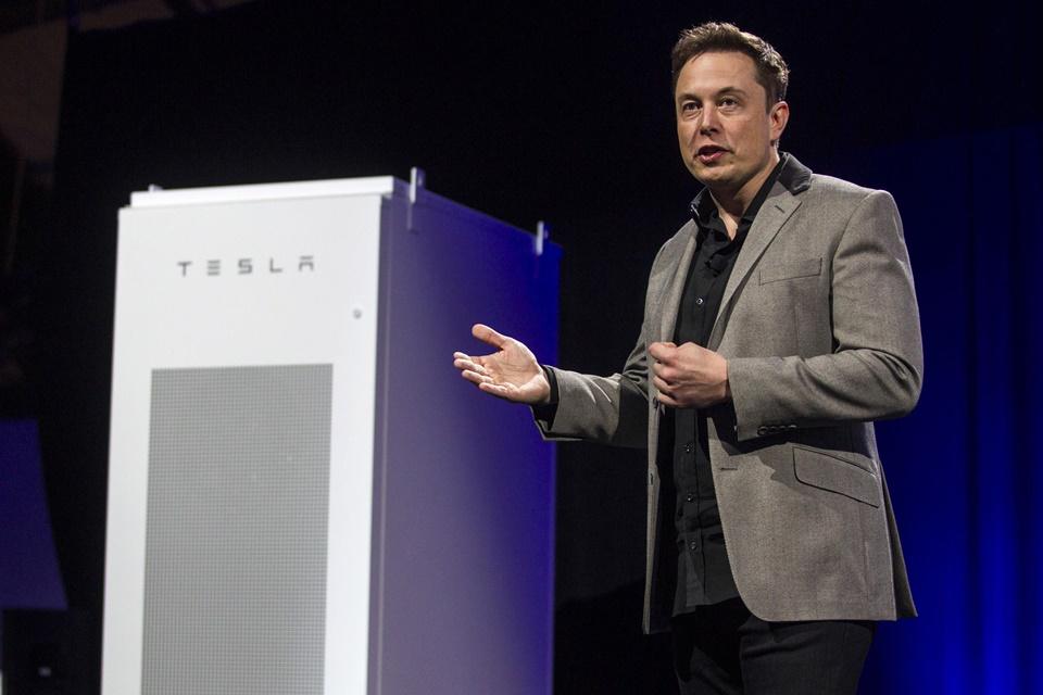 Tesla revela telhado solar ousado e nova versão de sua bateria para casas