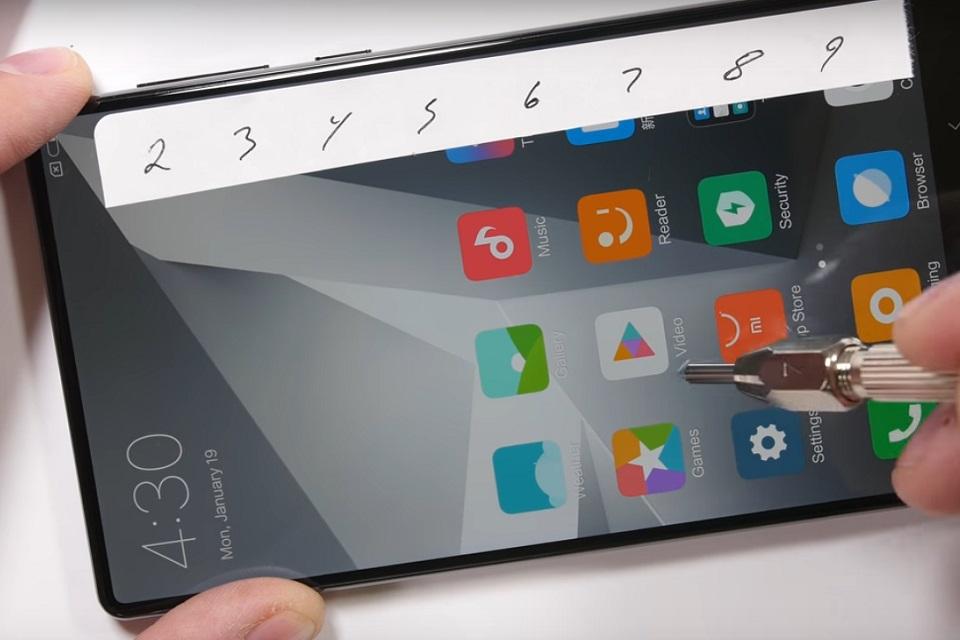 Veja se o Xiaomi Mi Mix passa nos testes de resistência 021c467e792
