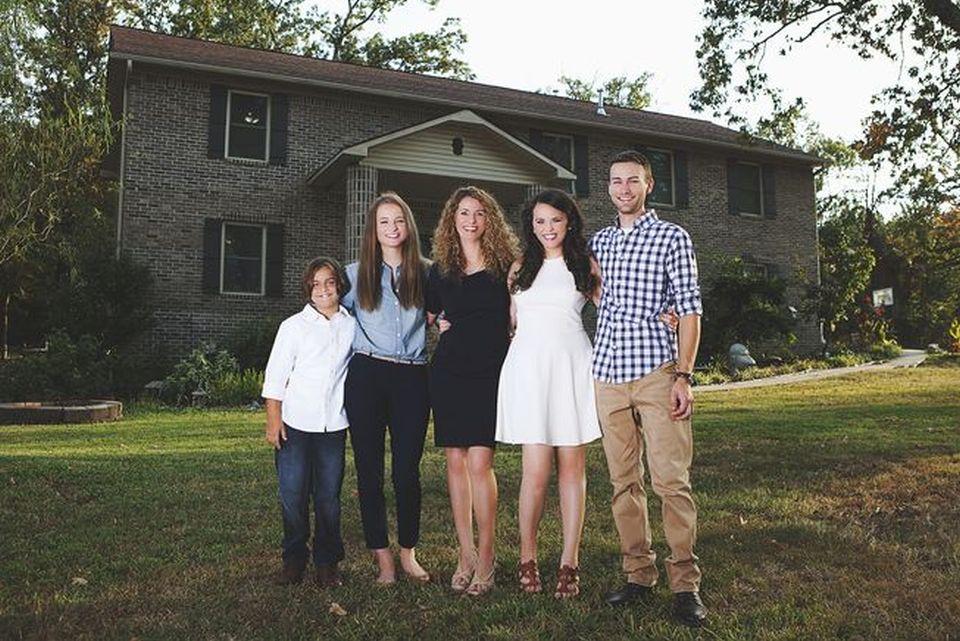 Com ajuda de tutoriais no YouTube, mãe constrói mansão para os filhos