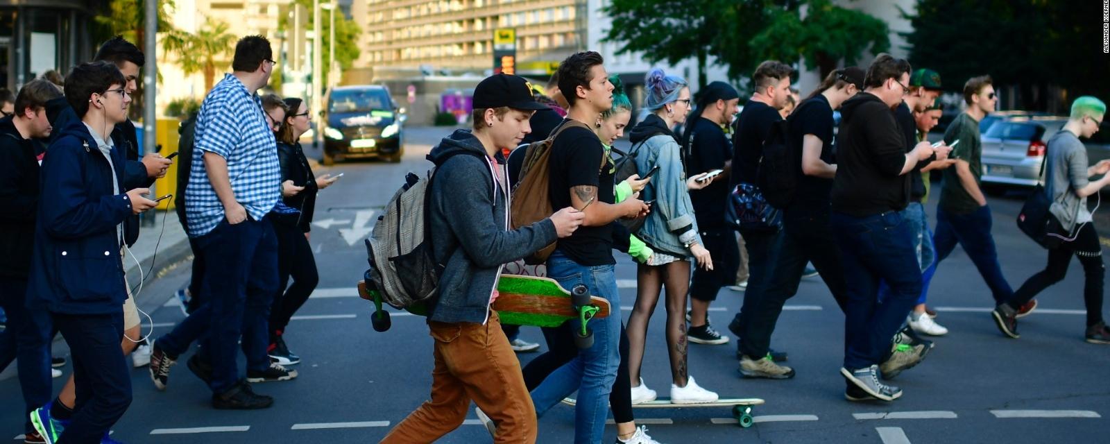 Resultado de imagem para pessoas usando celular nas ruas